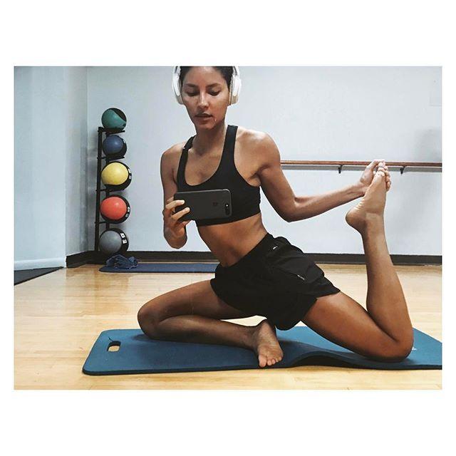 💦 raining days calls for a good morning stretch🤸🏽♀️Happy Sunday 💖💦 Dias de chuva é perfeito para uma manhã de estiramento 🤸🏽♀️Feliz domingo para todos 💘 #yoga #stretching #sunday #wellness
