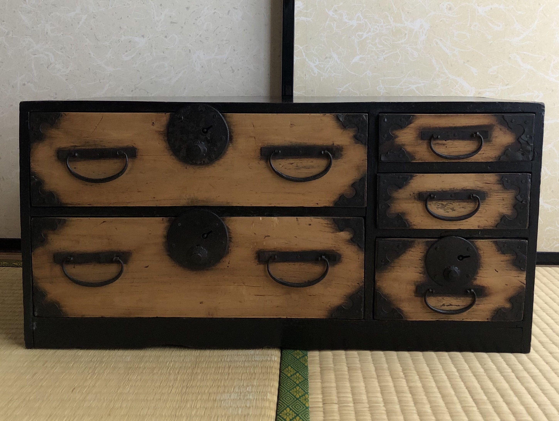 Meubles Antiques Japonais Petite Armoire En Bois Isho Tansu En 2020 Mobilier De Salon Armoire En Bois Meubles Japonais