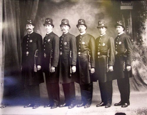 In The Early 1900s Upon Meeting Minimum Requirements Lapd Police Officers Were Simply Given Their Badges And Assigned To P Texas Police Police Costume Police
