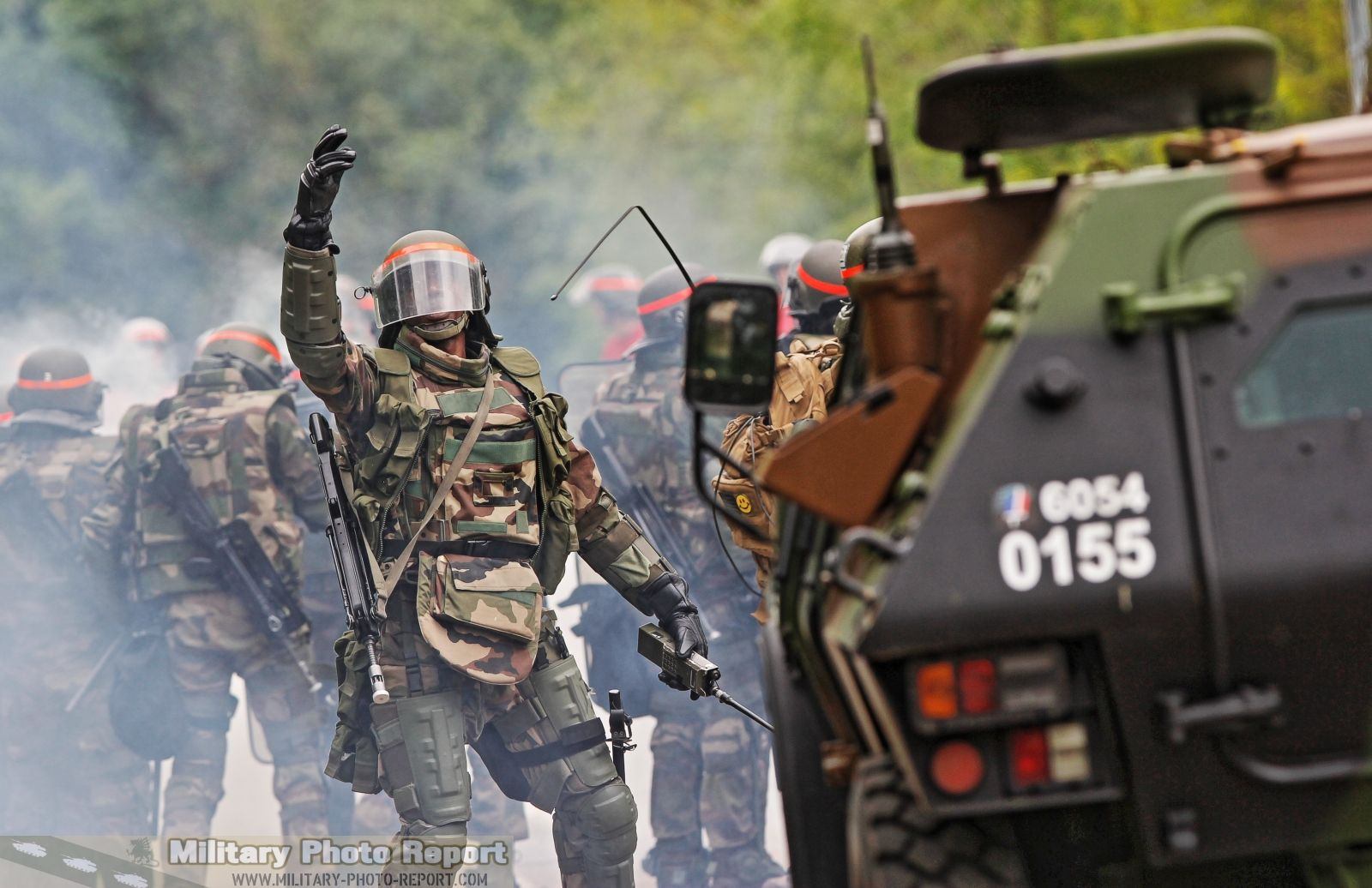 Entrainement Anti Emeute Au 3 Regiment De Hussards Grenades Lacrymogenes Emeute Regiment Grenade