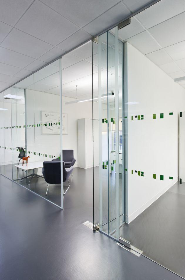 Salas reuniones con cristal de cara al exterior planta for Pinterest oficinas modernas