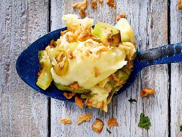 Kartoffelpüree mit Porree und Röstzwiebeln Rezept | LECKER