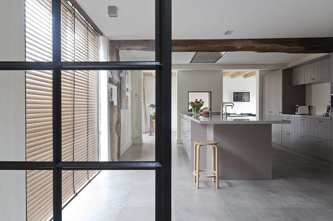 Moderne hoogglans keuken gecombineerd met warm notenhout - Keuken ...