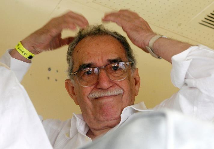 Gabriel García Márquez hace gestos desde un tren en Santa Marta el 30 de mayo 2007.  (© REUTERS / Daniel Muñoz.)