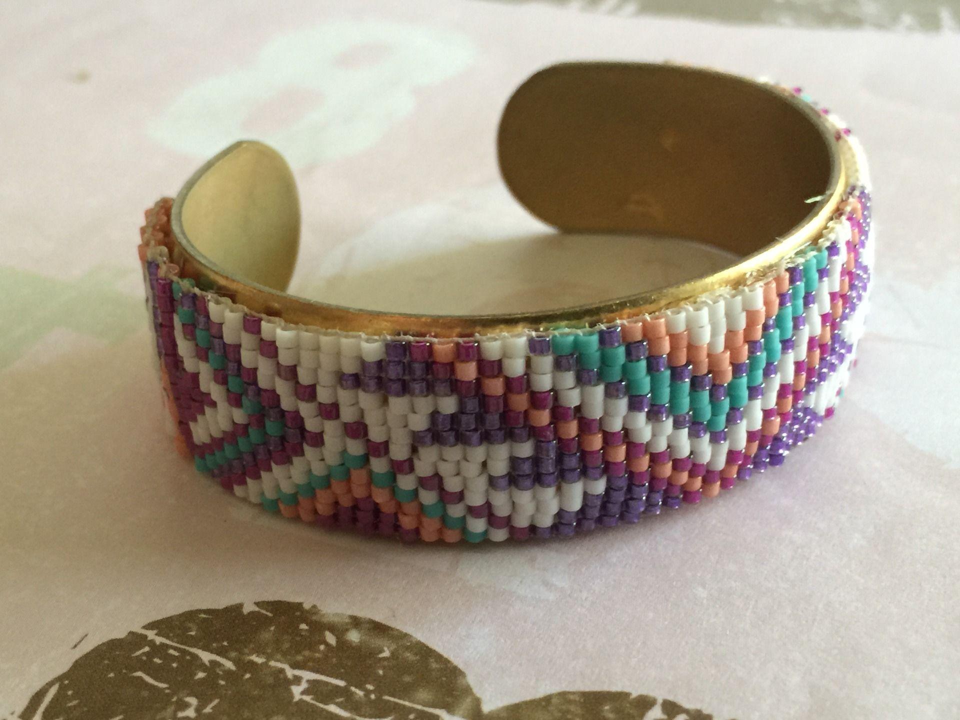 Bracelet en perles tissées sur jonc en laiton : Bracelet par jenny-b-creation