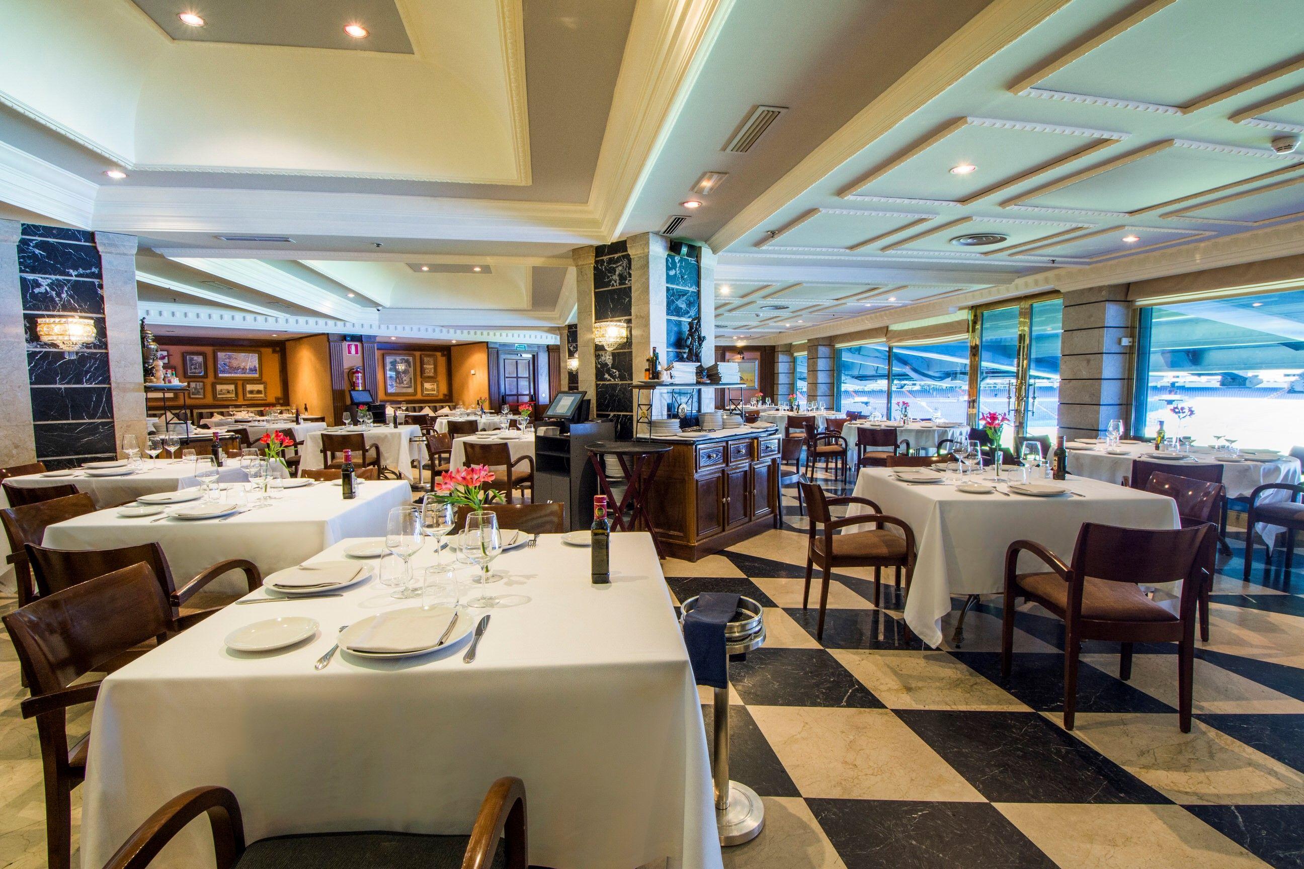 Sal n con vistas al bernab u en el restaurante puerta 57 puerta 57 pinterest - Restaurante puerta 57 madrid ...