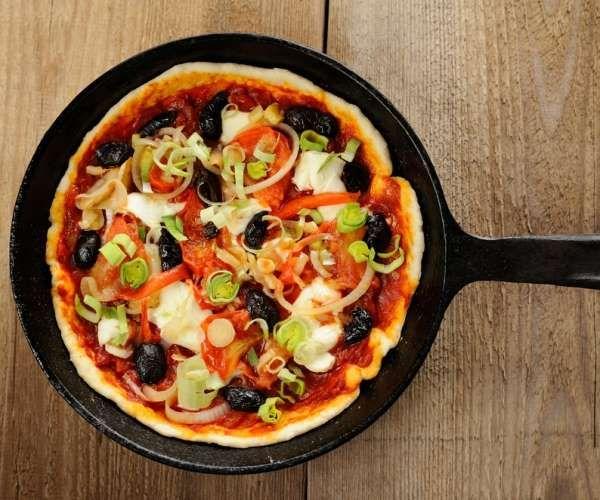 Não há nada melhor do que uma boa pizza com os amigos. Arrisque e ofereça uma pizza feita na frigide... - shutterstock