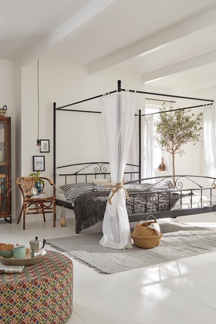 Sommerliches Schlafzimmer Im Mallorca Style: Frische, Bunte Farben Gemixt  Mit Rustikalem Holz Und Einem Traumhaften Himmelbett.