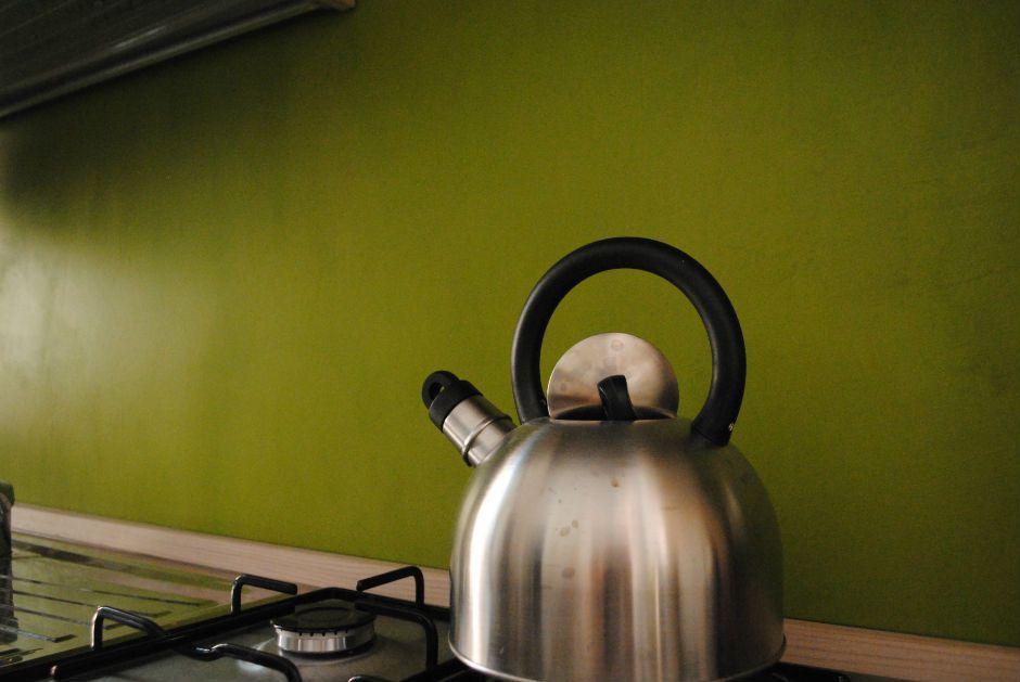 Particolare del rivestimento in resina della cucina color verde ...