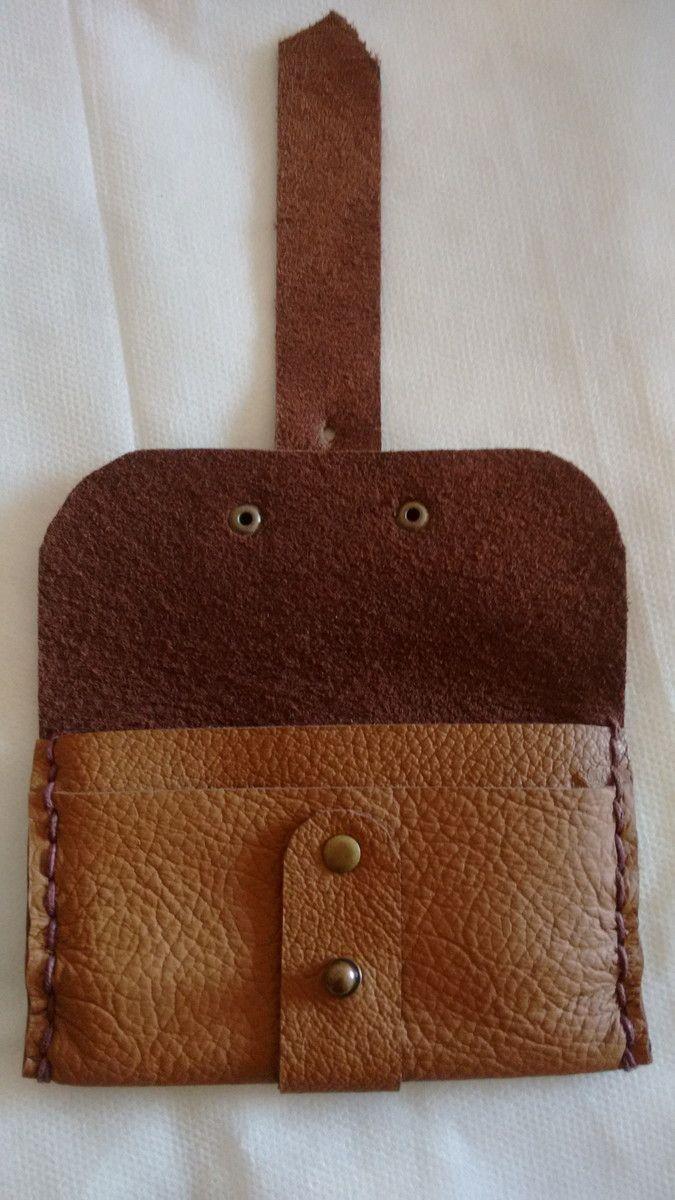 Porta cartão feito em couro cor creme legítimo Costuras laterais feitas à  mão d74cbaef3f3