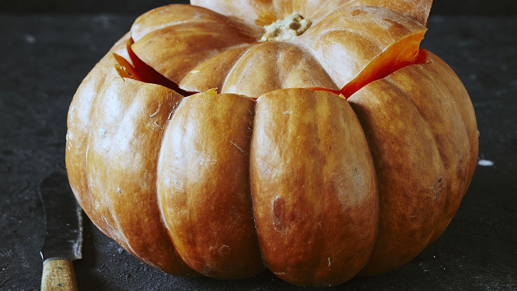 Kaiverrettu kurpitsa sopii erinomaisesti Halloween-juhlien koristeeksi.