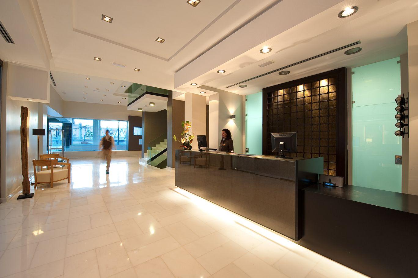 Recepci n espacio di fano minimalista y donde se emplea for Recepcion oficina moderna