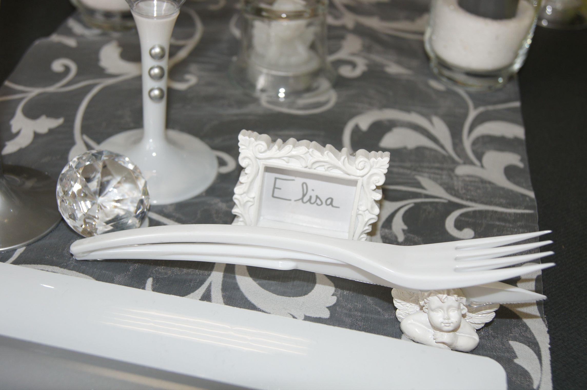 Décoration de table (gris) -- www.le-geant-de-la-fete.com @legeantdelafete #deco #table #inspiration  #decoration #flute #assiette #vaissellejetable  #chemindetable #gris #nom