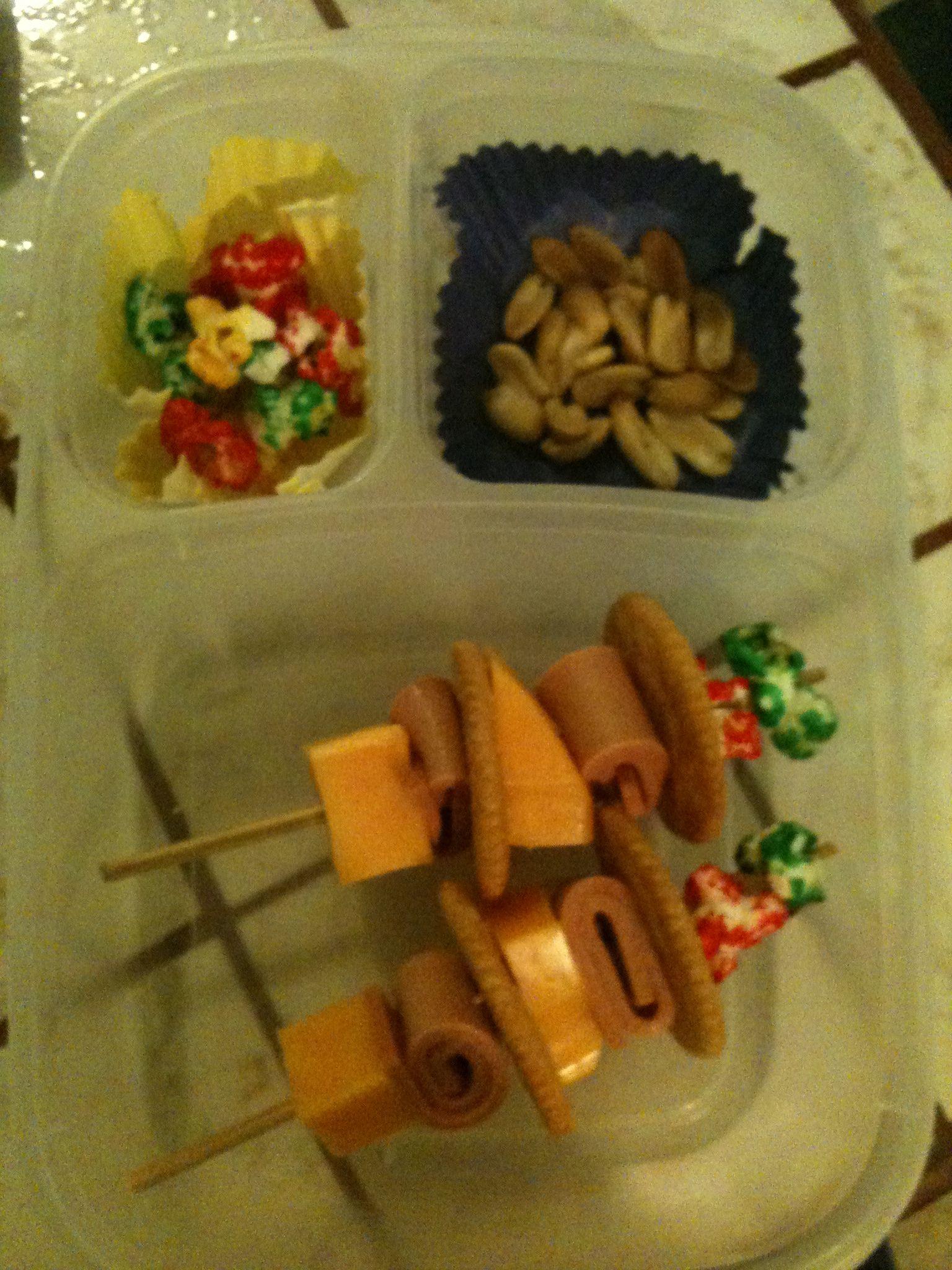 Mis creaciones: pinchos de jamón y queso, decorado con popcorn dulce.