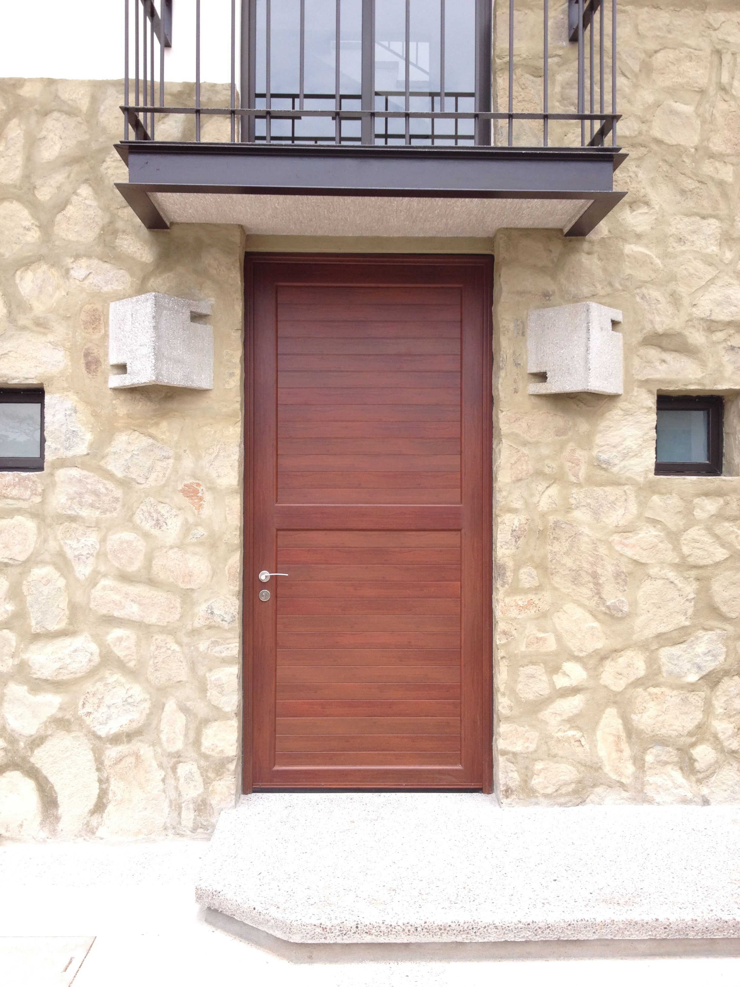 Puerta de aluminio color madera diferentes modelos for Puertas color madera