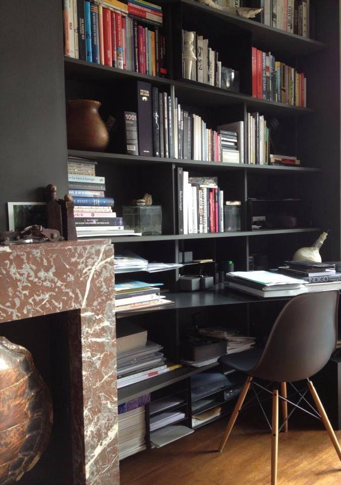 Boekenkast in zwart, mat mdf met stalen boxen en blad. Justus ...