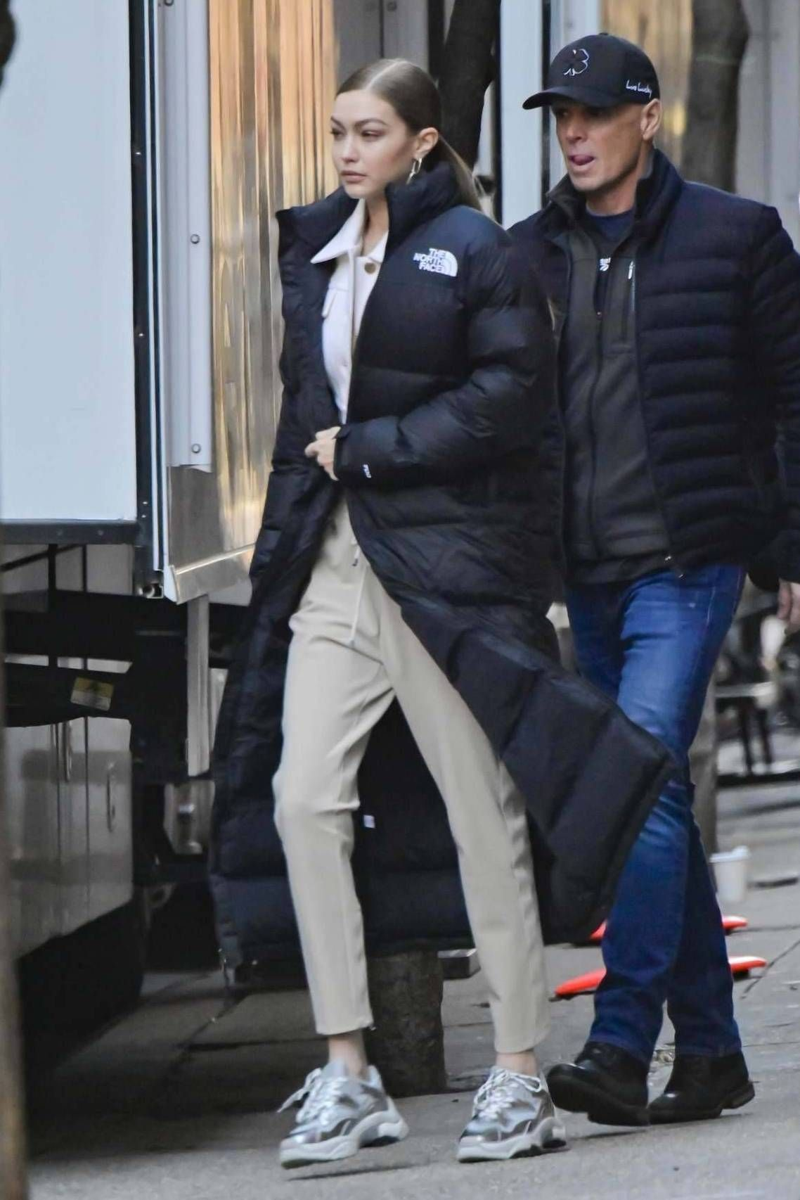 Get The Coat Wheretoget Puffer Jacket Outfit Gigi Hadid Outfits Long Puffer [ 1706 x 1138 Pixel ]