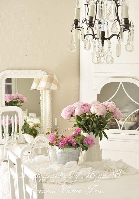 .douces et voluptueuses pivoines, roses parfumées du jardin