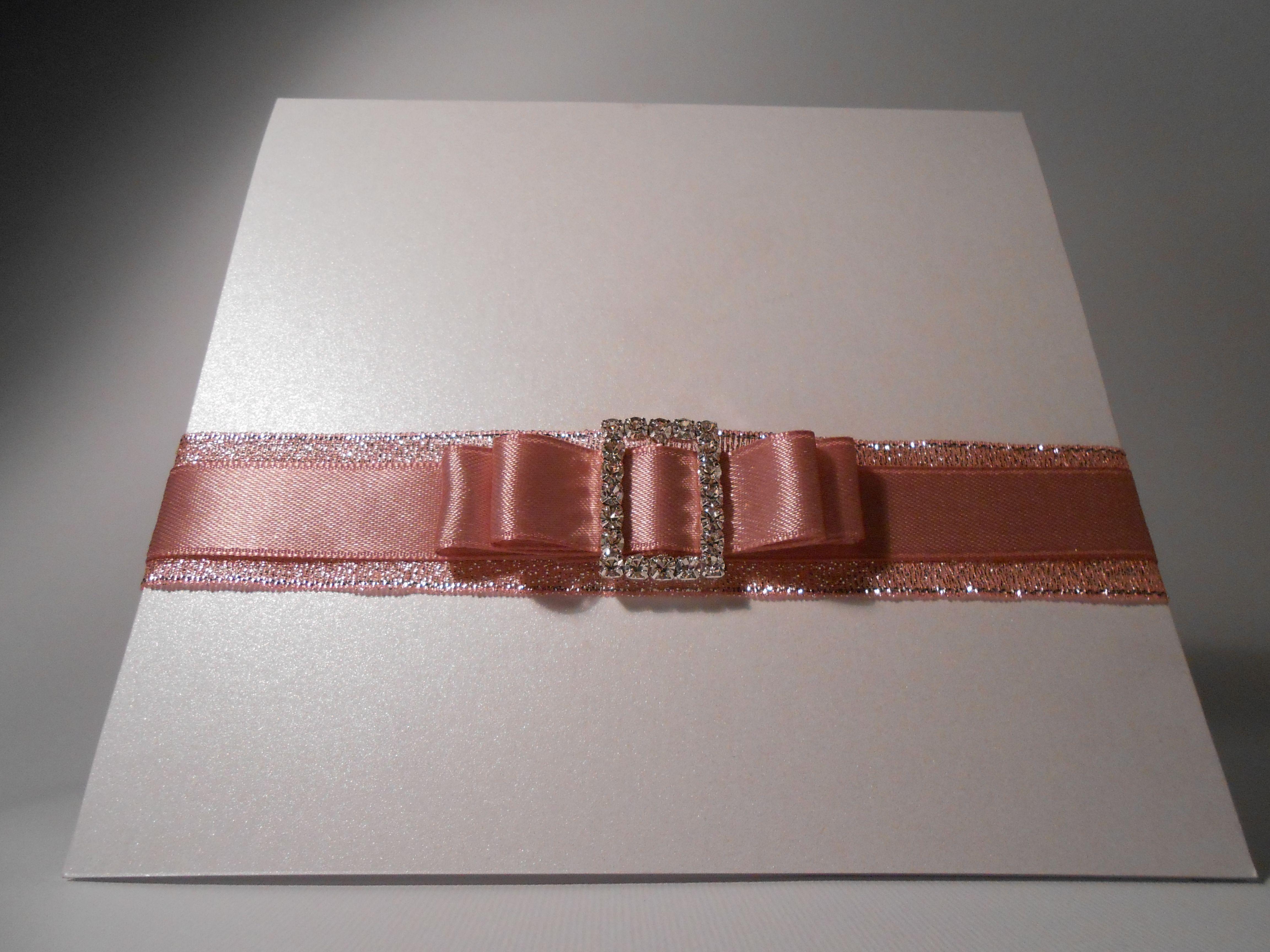 partecipazione con tasca interna, carta perlata bianca, doppio nastro e fibbia di strass