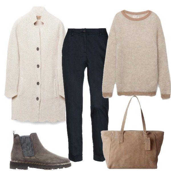 huge selection of 3f997 50d0f Il morbido maglione profilato sui pantaloni blu scuro, il ...
