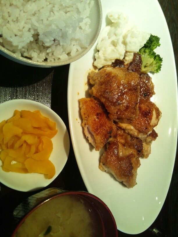 Lunch at Aguri in Shinjuku. Pan fried chicken in butter-and-soy sauce, with rice, miso soup and takuan (pickled daikon raddish). Unfortunately they have since stopped offering lunches.