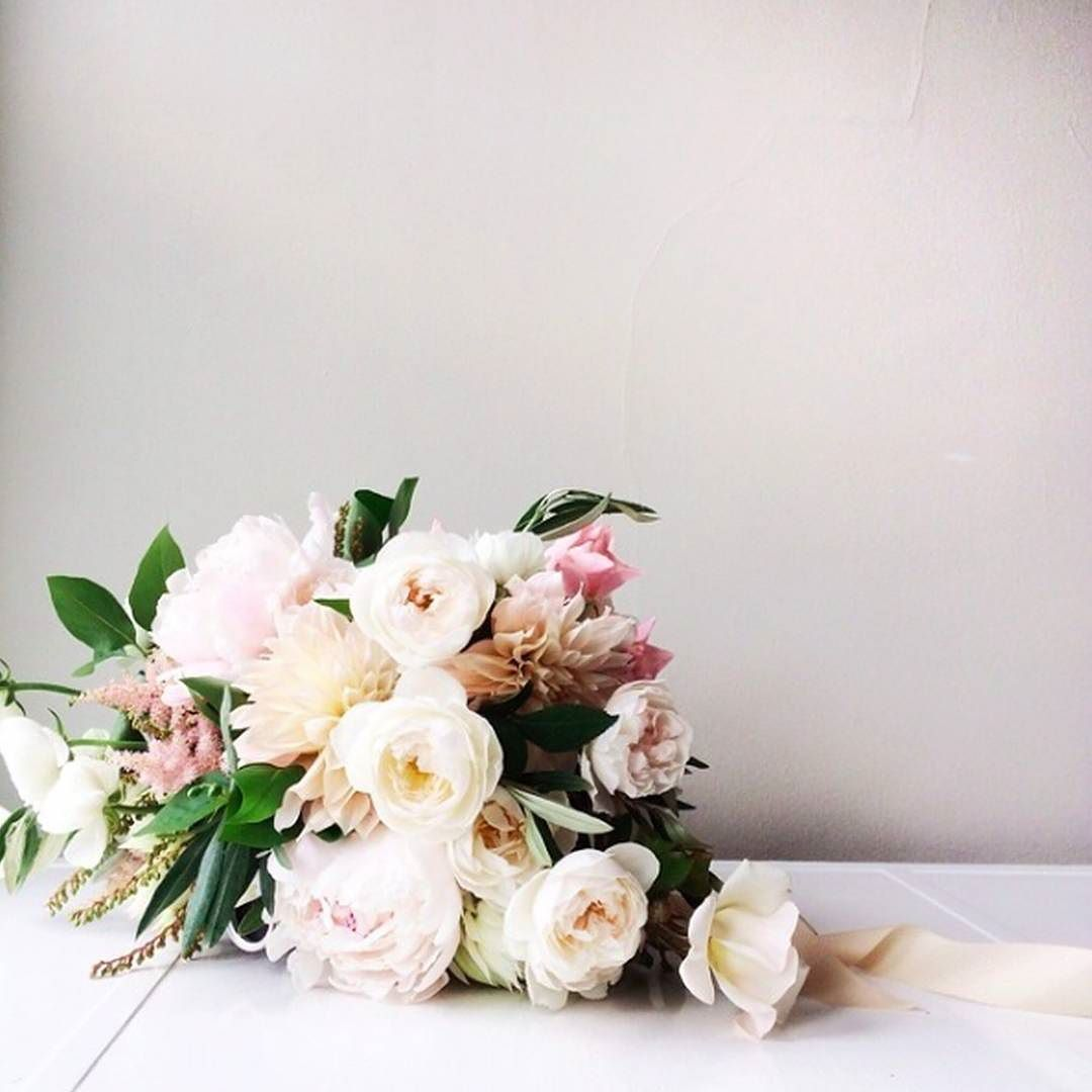 Smitten with this bouquet Id love to have these beautiful garden roses on my workbench. They would offer endless inspiration. #florals #bouquet #weddingbouquet #flowers / Image via @munsterrose by percyhandmade