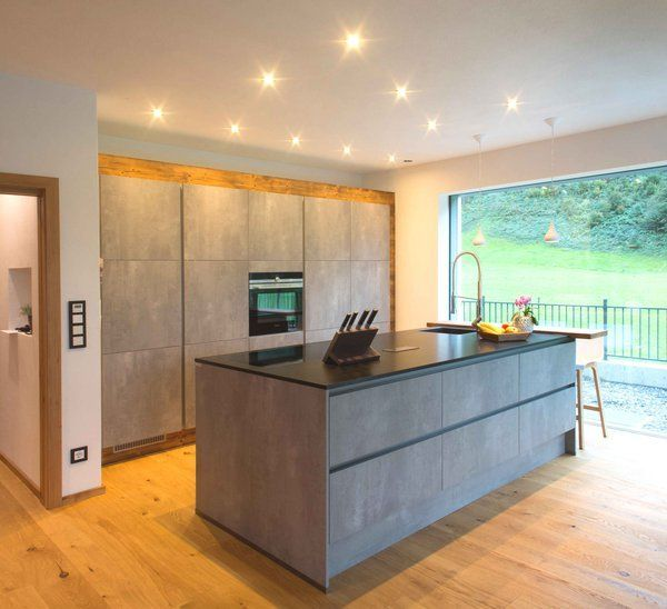 Moderne Küche Mit Freistehendem Kühlschrank