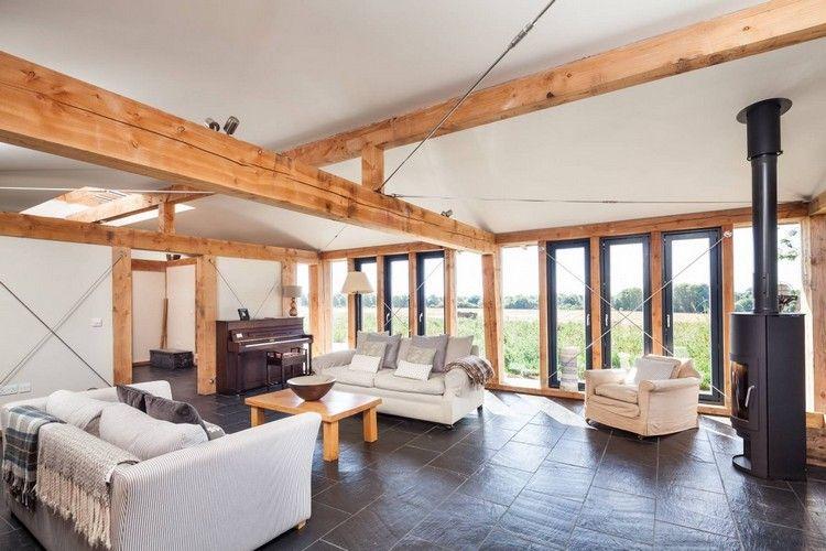 Holzbalken im Interieur in ein modernes Bauernhaus