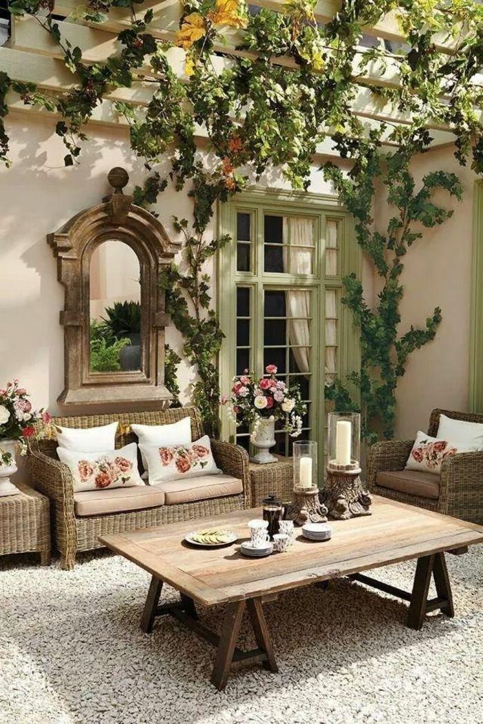 Un Joli Cour De Style Rustique Meuble Rustiques Plantes Vertes Cailloux Blancs