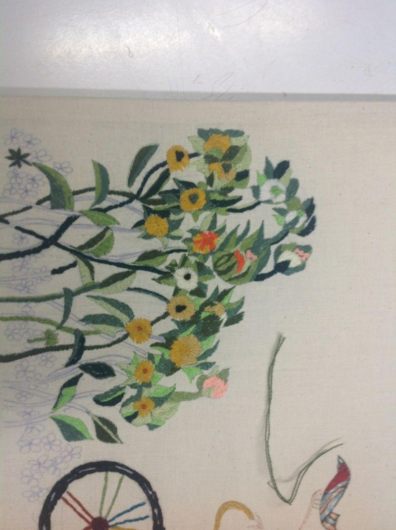 Empezó por unos girasoles y término en unas flores, se agregaron más flores pequeñas para el suelo.