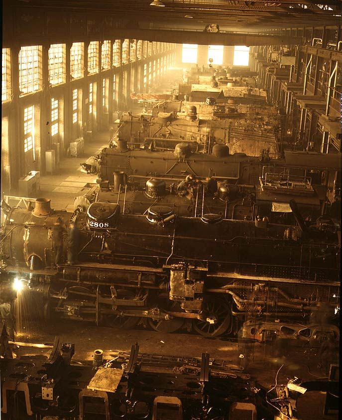 """History In Pictures sur Twitter : """"Locomotives in the Locomotive Shop of the Chicago and Northwestern Railroad, 1942. http://t.co/er3eTqzP3p"""""""