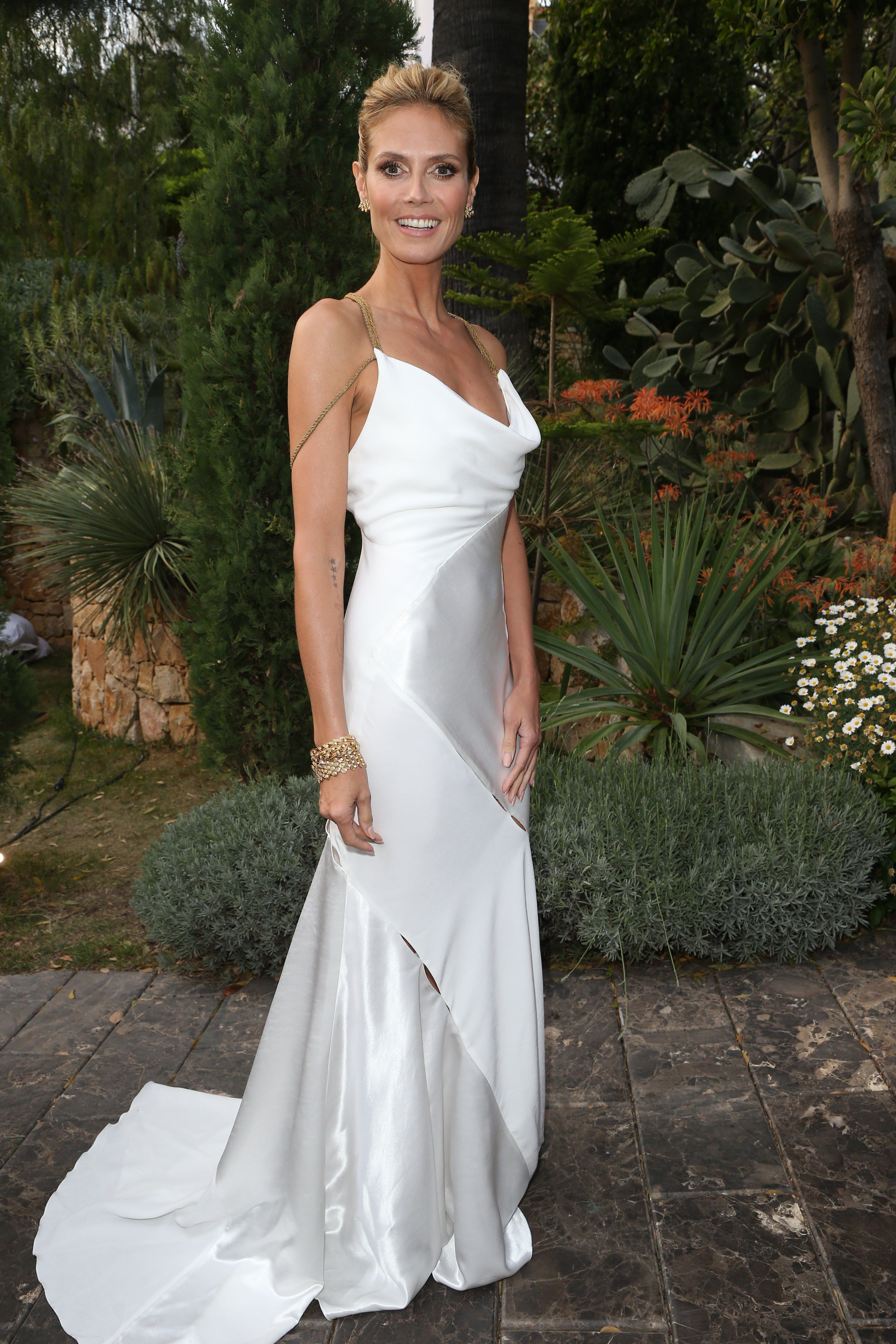 Heidi klum rocks her long white dress wedding pinterest heidi