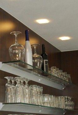 Runde Baranlage mit Glasregal und Edelstahlreling - Glasregal in Abendlicht