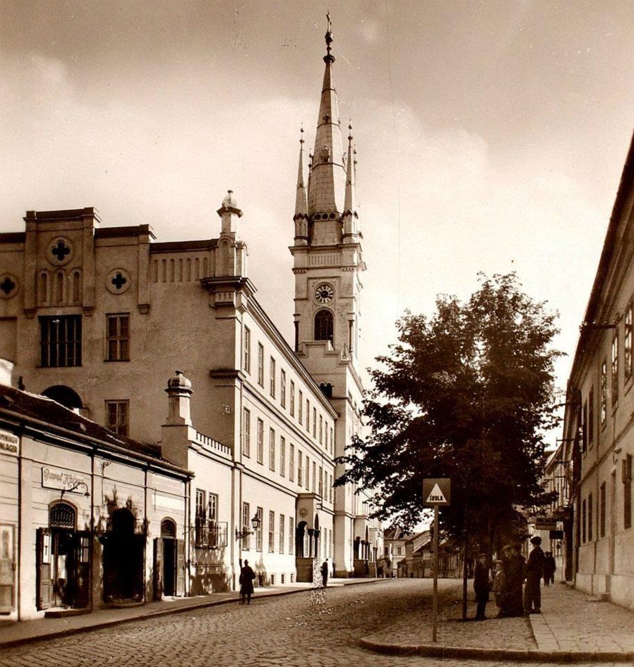Nitra, Farská ulica. Krásny záber na Farský kostol a kláštor z 1. ČSR, vpravo na značke vidieť slovenský nápis ŠKOLA.