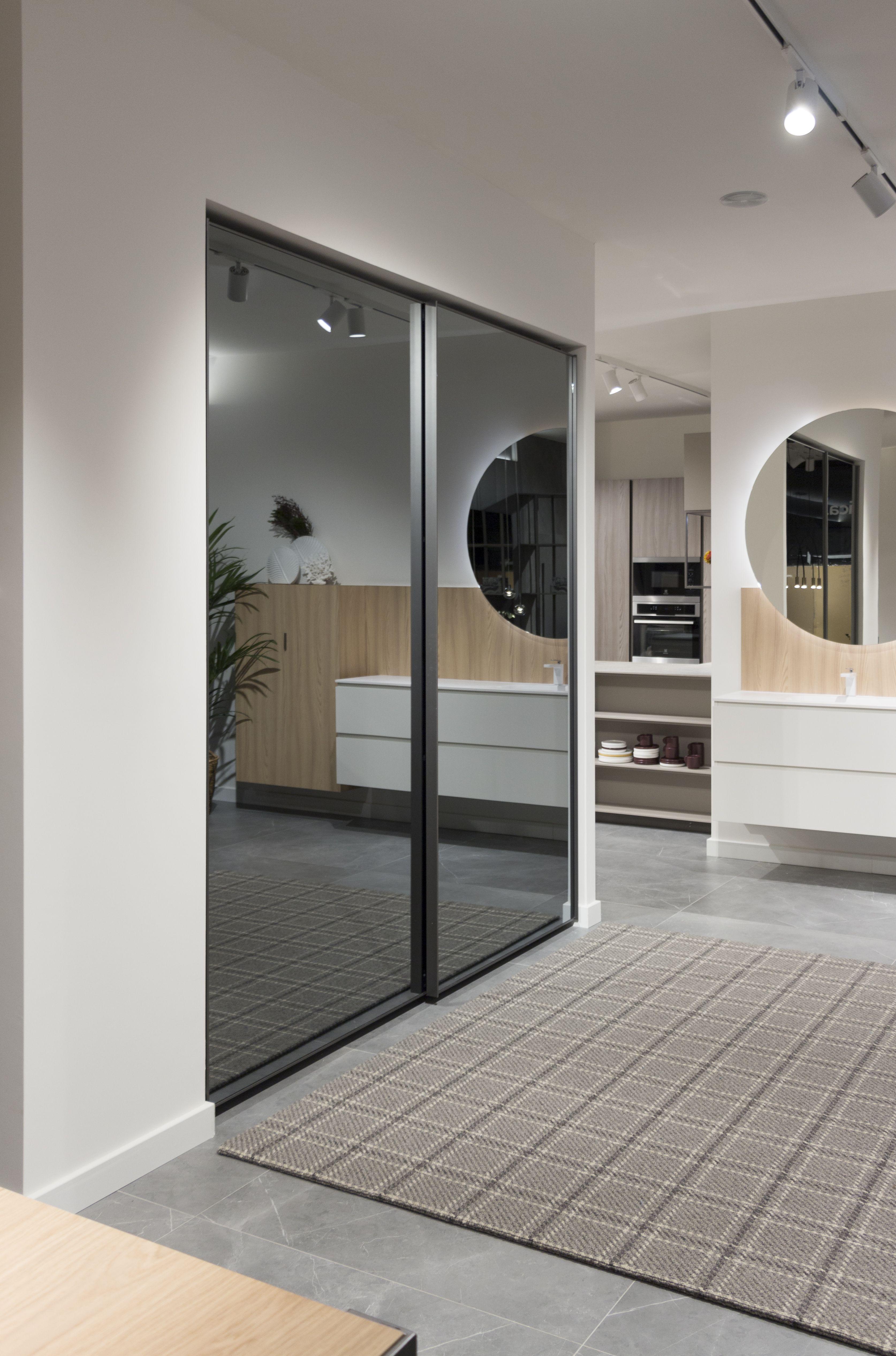Nuevo showroom en Oviedo. Armario corredera con puerta ...