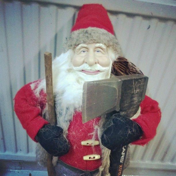 Joulupukki matkaan jo käy. Koristeet esii  #joulupukki#vanhaukki#onko#täällä#kilttejä#lapsia#kirves#axe#fiskars#santaclaus#xmas#christmas#joulu#jasilviiste