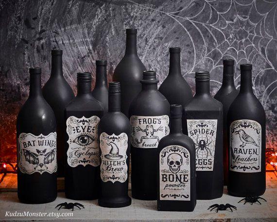 Photo of Druckbare Apothekeretiketten für handgezeichnete Illustrationen mit Halloween-Vintage-Look auf strukturiertem Hintergrund Hexengebräu, Rabenfedern, Schädel