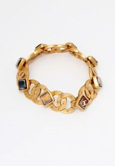 Love this simple vintage Chanel bracelet with gripoix beads between the CC  logos,  3. JoaillerieDes Bijoux ... df5a7d6f757