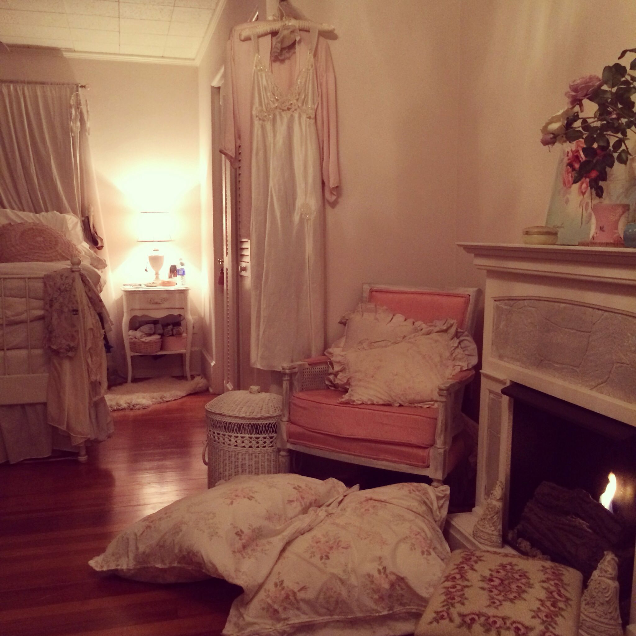 33 Sweet Shabby Chic Bedroom Décor Ideas: Cozy, Boudoir Bedroom In Soft Pink.