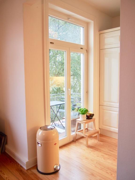 Einrichtungsdetails Küche: großer Mülleimer, Balkonzugang und ...