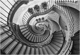 Desça as escadarias.