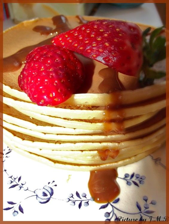 Real Pancakes recipe by La Rédac of Well Come Magazine ! 5 eggs 300g flour 200g Baking powder 1L Milk Little Vanilla , fudge & cream ! Bon Appétit everyone!