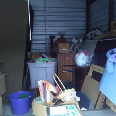 10x15 Couch Totes Appliances Boxes Wheelchair Misc Items Storageauction In Memphis 063 Lien Sale Storage Center Storage Auctions Moving Supplies