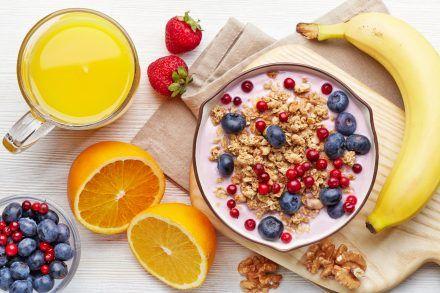 Terveellinen aamiainen.  Bowl jogurtti mysli ja marjat