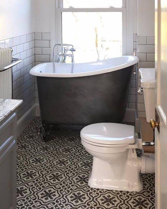 """Photo of Badoppootjes.nl på Instagram: """"Et bad for hvert bad – hvor lite plassen der er. Her er en klientens Tubby Tub som nettopp er presset inn i en kanalhusleilighet. … """""""