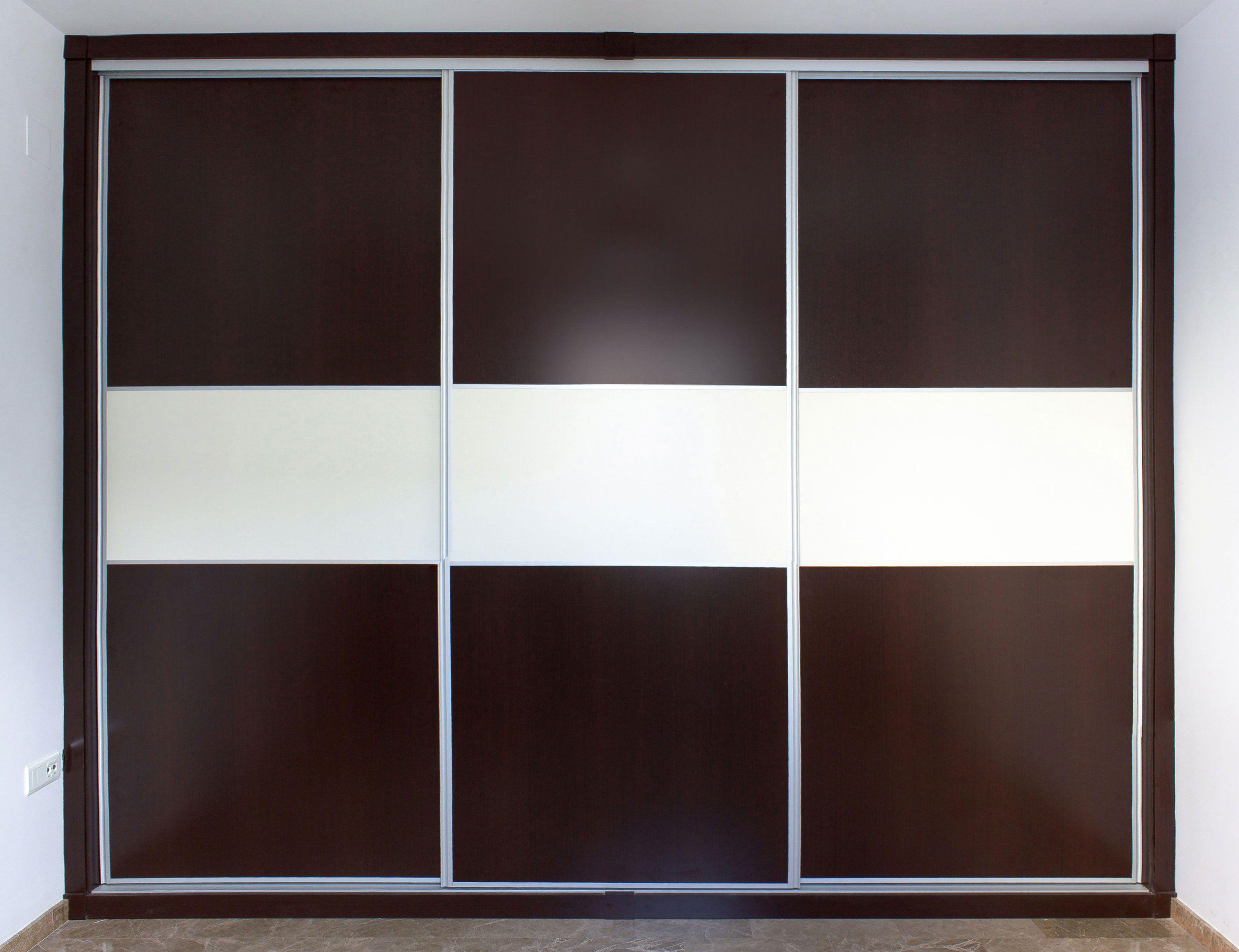 Armario empotrado de tres puertas correderas montado sin for Puertas color wengue