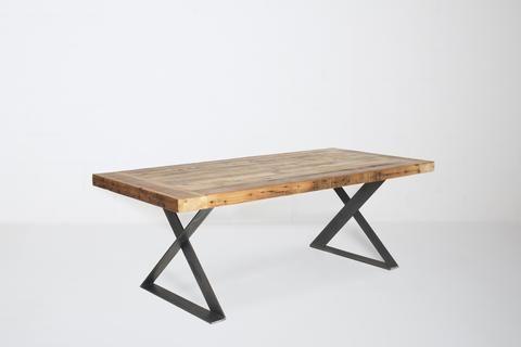"""Notre table en bois de grange Heva est l'exemple parfait du look industriel.   Démontré en couleur naturelle, cette table en bois de grange centenaire est disponible en différentes dimensions et en 3 couleurs.  Choisissez également le type de patte.  Épaisseur du plateau 3"""""""