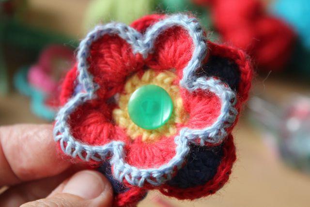 little woollie: flower brooch tutorial
