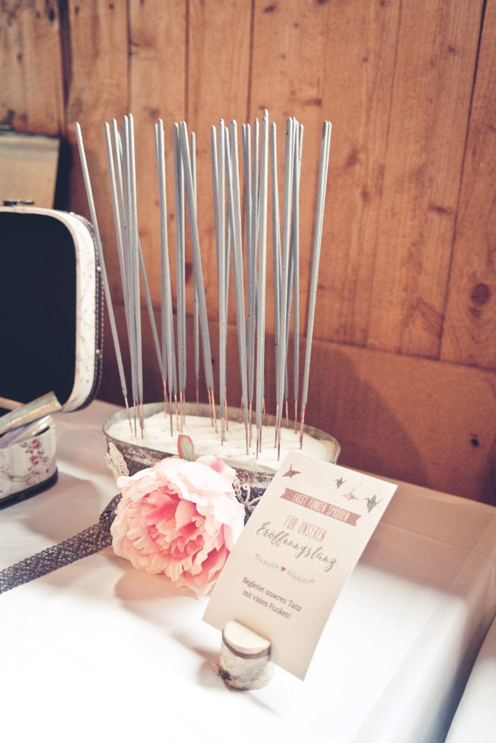 Wunderkerzen für den Eröffnungstanz bei der Hochzeit Foto Viktor