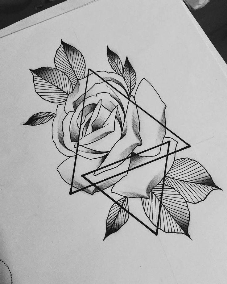 Photo of Les triangles sont teintés de fleurs et de feuilles à l'intérieur des tatouages